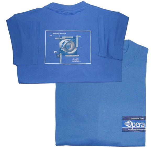 Голубые футболки с логотипом компании