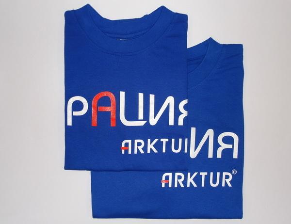 Ярко синие футболки с логотипом