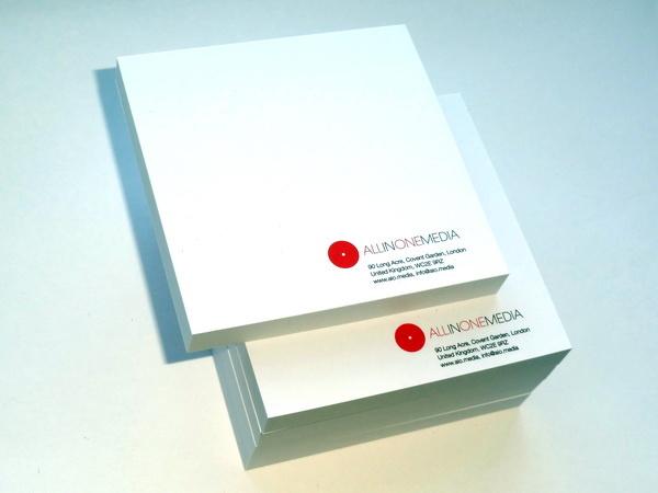 Блокноты и стикеры с логотипом компании в типографии производителя