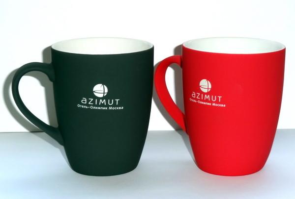 Кружки с логотипом и прорезиненным покрытием для сети отелей Azimut.